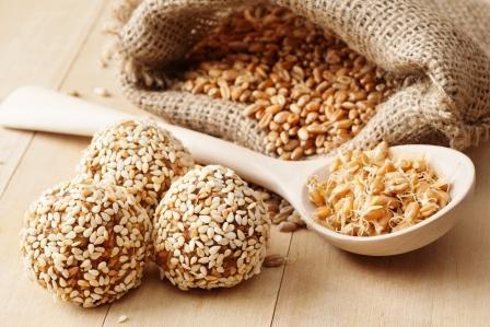 makrobiotické zdravé jedlo - guličky z pšeničných klíčkov so sézamovými semienkami