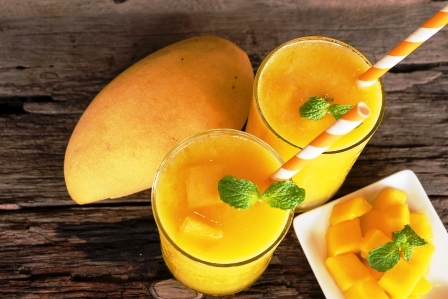 mango smoothies stavy a zrele mango ovocie