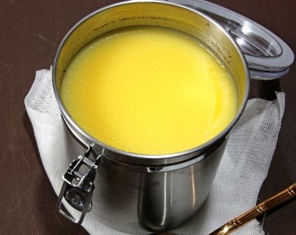 maslo ghee zdravé tekuté maslo v plechovej nádobe