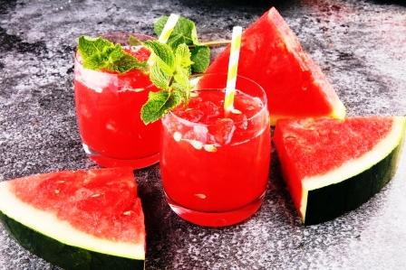 melonovy napoj v poharoch s platkami melonu