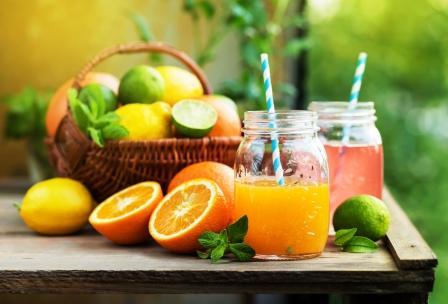 mix citrus.ovocia v košíku a šťava v pohári