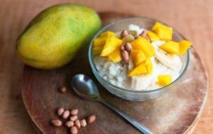 mliečne ryža s mangom a banánom