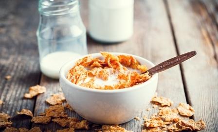 mlieko a cerealie v miske