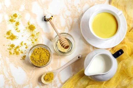 mlieko s kurkumou a medom známe ako zlaté mlieko - detoxikačný nápoj podporujúci spaľovanie