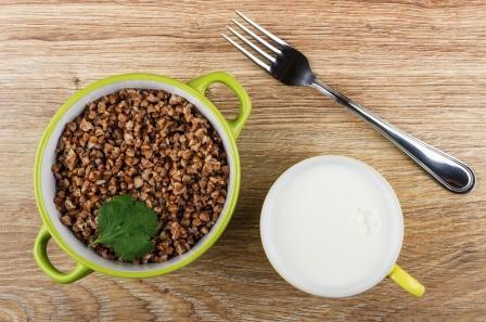 mlieko z pohánky a pohánka v zelenej šálke