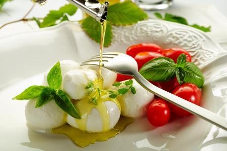 mozzarella a pradajky sú polievané olivovým olejom