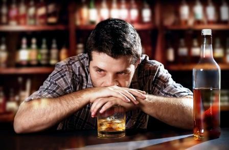 Muž pije alkohol
