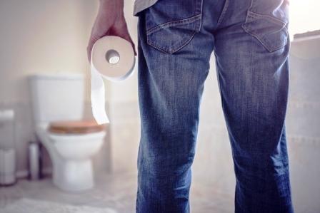 muz drzi toaletny papier v kupelni senna pomoze