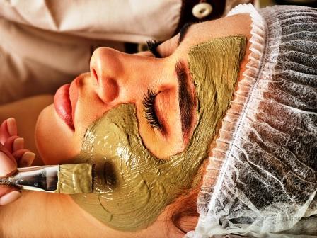 nanášanie masky na tvár ženy