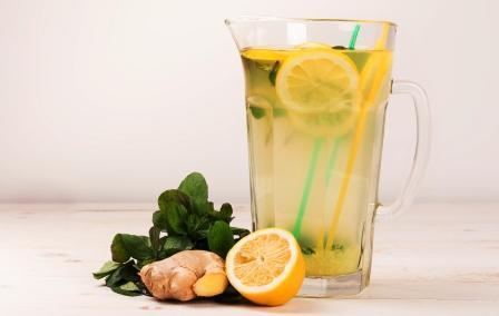 nealkoholický drink voda s citrónom, zázvorom a mätou v ďžbáne