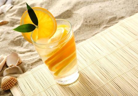 nealkoholický drink voda s pomarančom