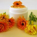 nechtíková masť a čerstvé kvety nechtíka