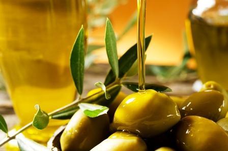 olivový olej lejúci sa na olivy