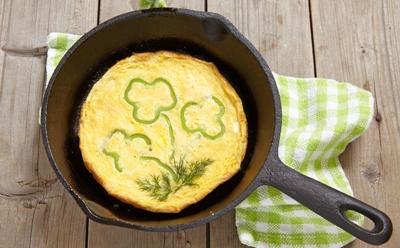 Omeleta s vajíčok na panvici