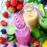 ovocie a smoothie v pohároch - zelené, jahodovo-černicové a ananásové smoothie