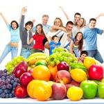 ovocie - rôzne druhy a stastní ludia