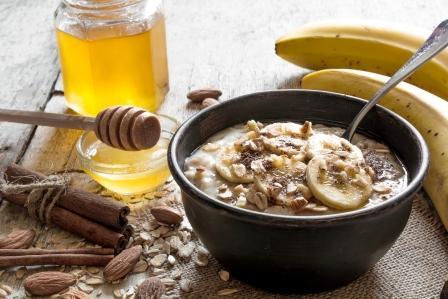 ovsená kaša s banánom, mesom a škoricou v keramickej miske