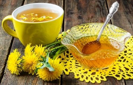 Púpava - rastlina, púpavový čaj a med na stole