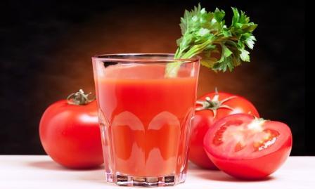 paradajková šťava - džús v pohári