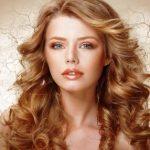 žena s dlhými kučeravými vlasmi, problémy s vlasmi