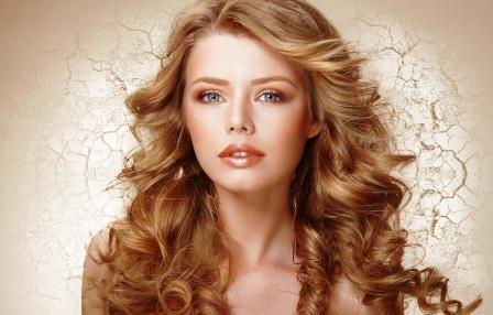 olivový olej pre krásne a zdravé vlasy, nechty a pleť - žena s dlhými kučeravými vlasmi