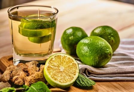 petržlenová voda s limetkou zelený nápoj