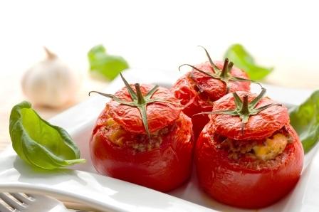 plnene paradajky na tanieri