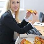 žena je pizzu