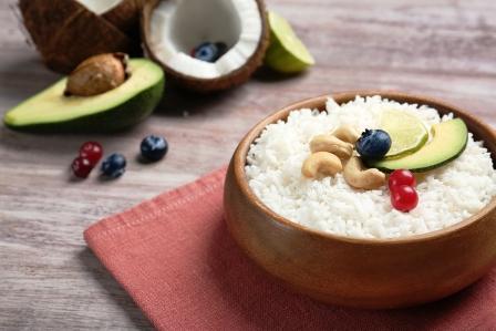 recept na kokosovú sladkú ryžu s avokádom, orechmi a ovocím