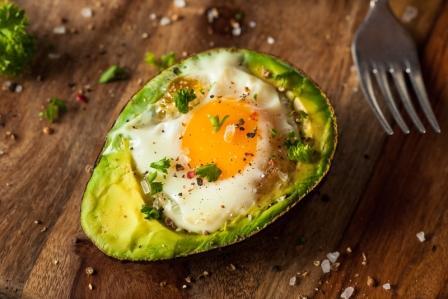 recept na vajíčko zapečené v avokáde