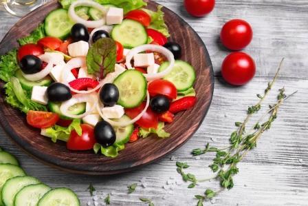 recept na zeleninový šalát, mozzarella paradajky, uhorka, olivy, cibula