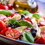 recepty na zeleninový Caprese šalát - taliansky šalát - pradajky, bazakla, olivy,mozzarella
