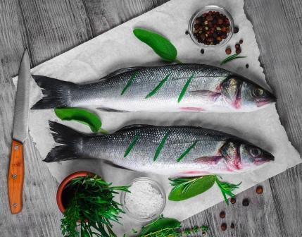 ryby, dva pstruhy s korením a nožom