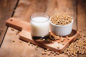 sójové mlieko v miske a v pohári