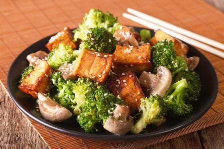 sójový syr - tofu z brokolicou, šampiónmi a sezamovými semienkami