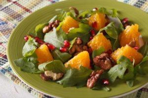 salat s pomarancom, vlasskymi orechmi a rukolov