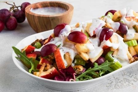salat s jablkami, zelerom, hroznom, vlasskymi orechami a rukolou