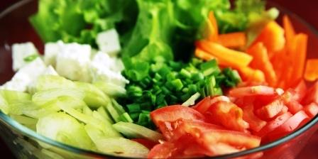 sklenena misa s rezanou zeleninou na salat