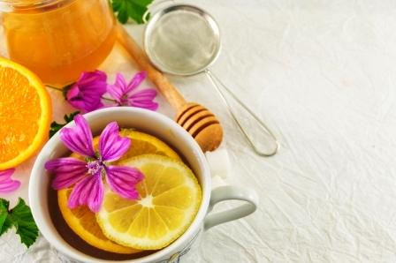 slez maurský čaj s citrónom, medom a čerstvými kvetmi