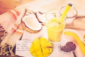 chia smoothie s mangom, kokosom a banánom