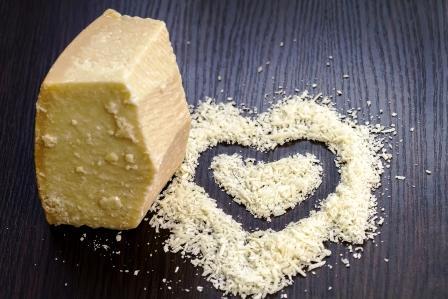 srdiečko na stole s nastrúhaného syra