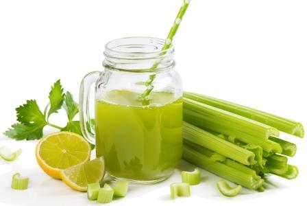 stonkový zeler nápoj s limetkou v pohári