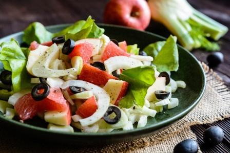 stonkový zeler šalát na tanieri - grapefruit, olivy, fenikel, jablko a stonkový zeler
