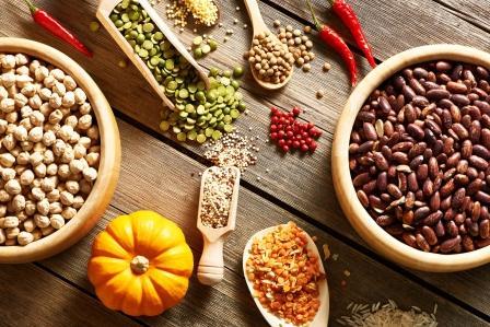 strukoviny roznych druhov v miskách, hrach, fazuľa, sója
