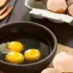 surové vajíčka v miske