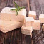 čerstvé tofu na stole