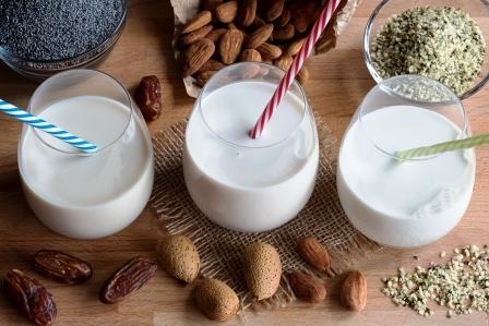 tri pohare rastlinneho mlieka