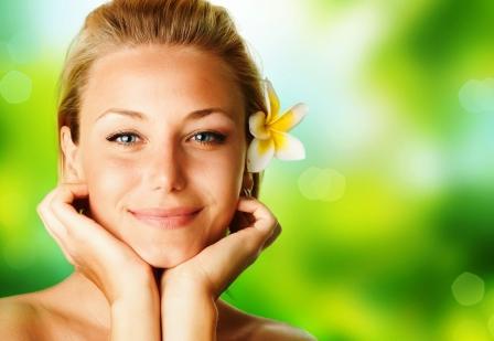 usmieta tvár ženy s kvetinou vo vlasoch