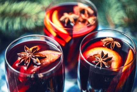 varené víno s citrusmi a korením, vianočná atmosféra