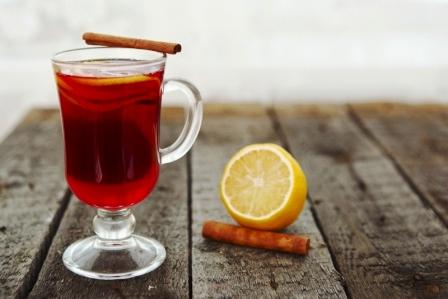 varené víno v sklenenom pohári, citrón a škorica